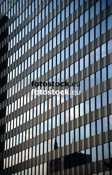 Reflection of sky at dawn in modern glass facade<br /> <br /> Reflejo del cielo por la puesta del sol en una fachada den vidrio moderna<br /> <br /> Reflektion des Abendhimmels in einern modernen Glasfassade<br /> <br /> 2716 x 1742 px<br /> Original: 35 mm slide transparancy