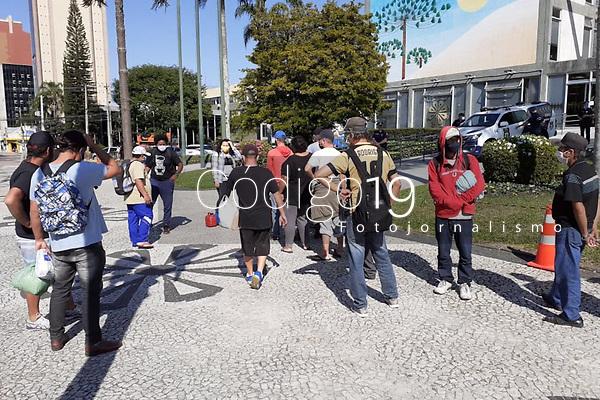 Curitiba (PR), 11/08/2020 - Protesto-Curitiba - Organizações sociais e movimentos de defesa dos direitos da população em situação de rua realizam, nesta terça-feira (11), um ato em frente à Prefeitura de Curitiba (PR) para reivindicar a adoção pelo poder público de medidas emergenciais para proteção desta população diante da Covid-19. Refeições diariamente produzidas pelas iniciativas solidárias foram distribuídas para a população.