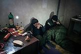 """Jewgeni und Aleksandr, pro-russische Gefangene des """"Bataillon Donbass"""", Artjomowsk, 22 und 28 Jahre: """"Gestern wurden wir von den Ukrainern gefangen genommen, nicht weit von Debaltsewo. Es war unser erster Kampfeinsatz. Wir haben uns  im vergangenen Dezember freiwillig gemeldet. Ich wollte gegen die Ukrainer kämpfen, weil ich die neue Regierung nicht gut heißen kann. Sie sind Faschisten und er, Aleksandr, wollte mitmachen, weil er Geld braucht, um seine Familie zu ernähren. Vorher haben wir in einer Kopanka, einem illegalen Schacht hier im Donbass gearbeitet, aber die gibt es nicht mehr."""