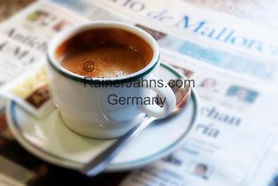 Spanien, Mallorca, Port de Soller: eine gute Tasse Kaffee und die neuesten Nachrichten | Spain, Mallorca, Port de Soller: a good cup of coffee and the latest news