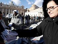 "Alcune suore e volontari distribuiscono in Piazza San Pietro libri, intitolati ""Icone di Misericordia"", donati da Papa Francesco ai fedeli nel giorno dell'Epifania. Città del Vaticano, 6 gennaio 2017.<br /> Nuns and volunteers distribute booklet titled ""Icons of Mercy"" donated by Pope Francis to the faithful on Epiphany day in Saint Peter's Square at the Vatican, January 6, 2017.<br /> UPDATE IMAGES PRESS/Isabella Bonotto<br /> <br /> STRICTLY ONLY FOR EDITORIAL USE"