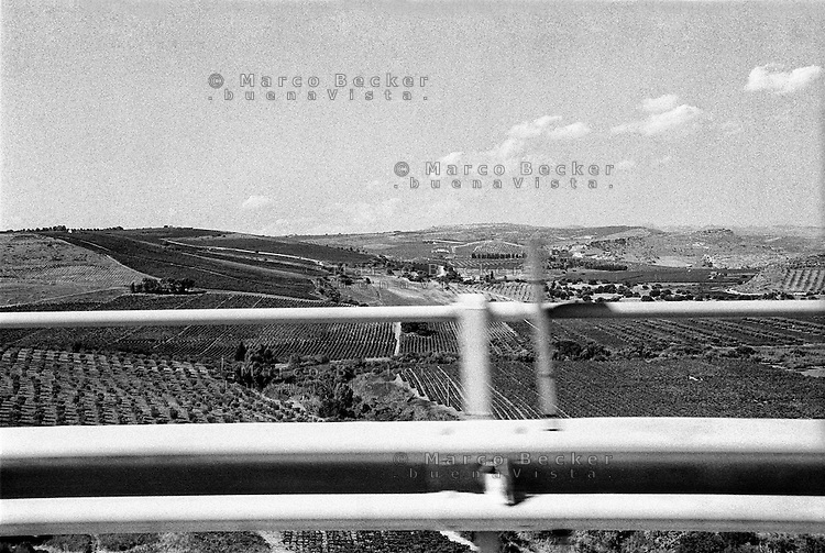Sicilia, autostrada. Campi e guardrail --- Sicily, highway. Fields and guardrail