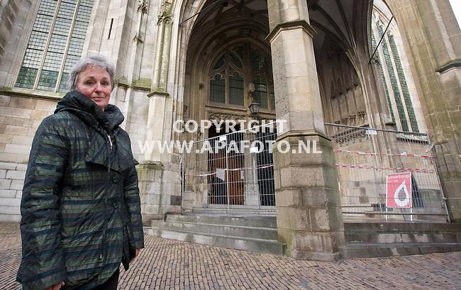 Nijmegen, 070209<br /> De entree van de Stevenskerk is omheind met hekken om vandalisme, zoals een ingekrast hakenkruis,  te voorkomen. Voorzitter van de stichting Stevenskerk, Trudy Ros,voor de kerk met in de achtergrond de hekken.<br /> Foto: Sjef Prins - APA Foto