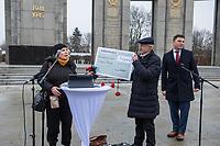 """Veranstaltung am Dienstag den 5. Januar 2021 vor dem sow. Ehrenmal in Berlin-Tiergarten anlaesslich der Uebergabe einer Spende von 100.200,-€ an die """"Vereinigung der Offiziere Russlands"""", vertreten durch Oleg Sergeevich Eremenko (rechts im Bild), fuer russische Weltkriegsveteranen, Ueberlebende der deutschen Konzentrationslager und der Blockade Leningrads durch die Deutsche Wehrmacht im Zweiten Weltkrieg.<br /> Die Spendenaktion wurde organisiert und unterstuetzt durch die Glinka-Gesellschaft Berlin e.V., Veteranen der DDR-Volksarmee, dem Fallschirmjaeger Traditionsverband Ost e.V. und das verschwoerungsideologische Internetportal KenFM.<br /> 5.1.2021, Berlin<br /> Copyright: Christian-Ditsch.de"""