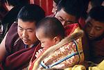 """Petit moine, """"Tulku"""", considéré comme une incarnation d'un grand lama, accompagné des deux moines qui veillent sur lui. Chine. Tibet. Gansu. Monastère de Labrang. Fête du Monlam. China. Tibet. Labrang monastery. Monlam feast."""