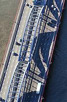 Neue Elbbruecke: EUROPA, DEUTSCHLAND, HAMBURG, (EUROPE, GERMANY), 30.11.2011: Die Neue Elbbruecke ist die Hauptausfallstrasse aus Hamburgs Innenstadt in Richtung Sueden. Hier endet der schiffbare Weg fur Seeschiff auf der Elbe. .