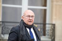 MICHEL SAPIN , MINISTRE DE L ECONOMIE ET DES FINANCES QUITTE LE PALAIS DE L'ELYSEE APRES LE CONSEIL DES MINISTRES DU 11 JANVIER 2017 A PARIS.