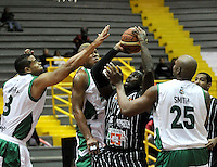 BOGOTA - COLOMBIA: 07-05-2013: Fahnbulleh (2Der) Piratas de Bogotá, disputa el balón con Garcia (Izq.), Fernandez (2Izq.) y Smith (Der.) de  Aguilas de Tunja mayo  7 de 2013. Piratas y Aguilas de Tunja disputaron partido de la fecha 12 de la fase II de la Liga Directv Profesional de baloncesto en partido jugado en el Coliseo El Salitre. (Foto: VizzorImage / Luis Ramirez / Staff). Fahnbulleh (2R) of Pirates from Bogota disputes the ball with Garcia (L), Fernandez (2L) and Smith (R) of Aguilas from Tunja May 7, 2013. Piratas and Aguilas de Tunja disputed a match for the 12 date of the Fase II of the League of Professional Directv basketball game at the Coliseo El Salitre. (Photo. VizzorImage / Luis Ramirez / Staff)