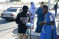 MAURETANIA, Nouakchott, Corona pandemic, selling medical mask infront of hospital / MAURETANIEN, Nuakschott, Corona Pandemie, Maskenverkauf vor Krankenhaus