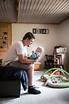 Yann Stahlschmidt, son épouse et leur enfant, Epagny (FR), le 26 aout 2020. Photos © Guillaume Perret / Lundi13