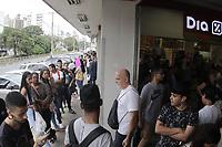 CAMPINAS, SP 01.03.2019-EMPREGO-Centenas de candidatos enfrentaram uma fila na busca por uma das 60 vagas de trabalho oferecidas no processo de seleção do Supermercado Dia, no centro da cidade de Campinas, interior de São Paulo, nessa sexta-feira (1). (Foto: Denny Cesare/Codigo19)