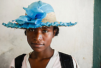 MADAGASCAR, village AMBOHITSARA, tribe ANTAMBAHOAKA, woman with hat / MADAGASKAR, Mananjary, Dorf AMBOHITSARA am canal des Pangalanes, Volksgruppe ANTAMBAHOAKA , Frau mit Hut