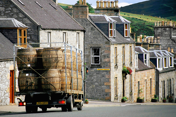 Europe, Great Britain, Scotland, production of Single Malt Whisky in Dufftown, Glenfiddich Destillery, lorry transports oak barrels.- Europa, Grossbritannien, Schottland, Dufftown, Single Malt Whiskey-Produktion, Glenfiddich-Destillerie, eine LKW transportiert Eichenfaesser durch die Stadt.2003, Copyright: Dorothea Schmid / Agentur laif(Bildtechnik: sRGB, 53.51 MByte vorhanden)