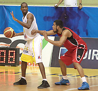 BUCARAMANGA -COLOMBIA- 28 -09-2013. Cortes (Izq) jugador de Bucaros  pelea el balon contra los jugadores de Halcones de Cucuta  , partido correspondiente a la  Liga DIRECTV de Baloncesto profesional segundo semestre jugado en el coliseo Vicente Diaz Romero de la ciudad de Bucaramanga / Coretes (L) Bucaros player fight for the ball against Cucuta Falcons players, game in the Professional Basketball League DIRECTV second half played at the Coliseum Vicente Diaz Romero of the city of Bucaramanga.Photo / Duncan Bustamante / VizzorImage  /Stringer