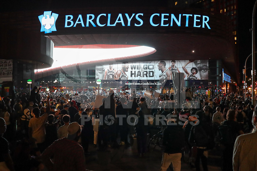 Nova York (EUA), 31/05/2020 - Protesto / Anti-Racista / Estados Unidos -  Manifestantes durante protesto na cidade de Nova York nos Estados Unidos neste domingo, 31. Protestos em todo o país foram motivados depois da morte de George Floyd no dia 25 de maio, após de ser asfixiado por 8 minutos e 46 segundos pelo policial branco Derek Chauvin em Minneapolis, no estado de Minnesota.(Foto: William Volcov/Brazil Photo Press)