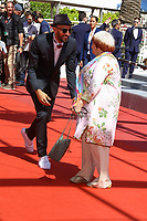 Agnes Varda et JR arrivent sur le tapis rouge pour la projection de leur film Hors Competition, VISAGES, VILLAGES, lors du soixante-dixième (70ème) Festival du Film à Cannes, Palais des Festivals et des Congres, Cannes, Sud de la France, vendredi 19 mai 2017. Philippe FARJON / VISUAL Press Agency