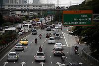 SAO PAULO, SP, 02 DE DEZEMBRO DE 2011 - TRANSITO CAPITAL PAULISTA - Transito intenção na Marginal Pinheiros altura da ponte Cidade Jardim na regiao sul da capital paulista, nesta sexta-geira, 2. As 19h07 a CET (Companhia de Engenharia de Trafego) registrava 151 km de lentidao na cidade.  (FOTO: WILLIAM VOLCOV - NEWS FREE).