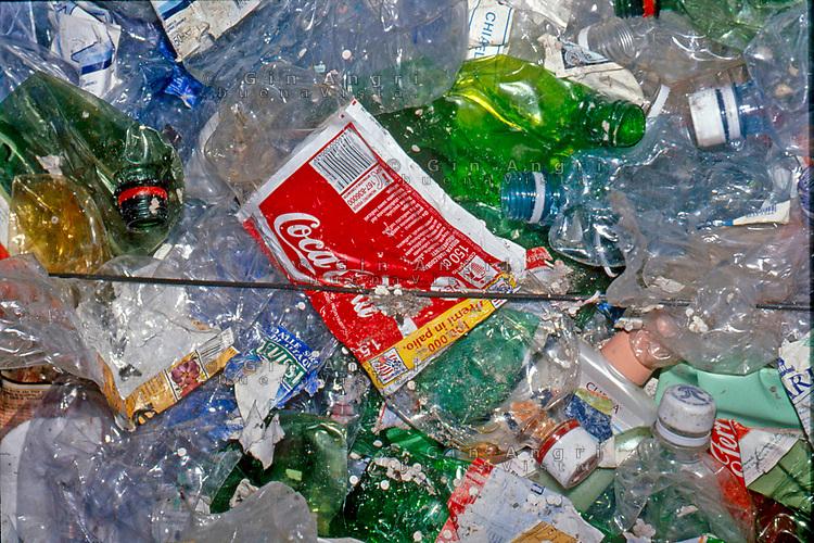 1995 a Como istallazione dell'artista e architetto Ico Parisi per denunciare come l'ambiente sia sommerso dai rifiuti