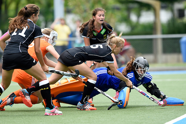 GER - Mannheim, Germany, May 25: During the U16 Girls match between The Netherlands (orange) and Germany (black) during the international witsun tournament on May 25, 2015 at Mannheimer HC in Mannheim, Germany. Final score 1-1 (1-0). (Photo by Dirk Markgraf / www.265-images.com) *** Local caption *** Inma Sophia Hofmeister #11 of Germany, Hanna Bergkamp #15 of The Netherlands, Maria Seeger #5 of Germany, Charlotte Steiner #22 of Germany, Zoe van den Barselaar #1 of The Netherlands
