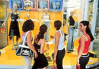 - shopping nel centro di Milano, corso Vittorio Emanuele ....- shopping in Milan downtown, Vittorio Emanuele avenue