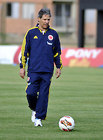 "BOGOTA-COLOMBIA-02-01-2013. Carlos ""EL Pisis"" Restrepo, director ténico de la Selección Colombia Sub 20, durante entrenamiento en las canchas de la Federación Colombiana de Fútbol, enero 02 de 2013. El equipo colombiano se prepara en Bogotà para el suramericano que se realizara en Argentina. Carlos ""El Pisis"" Restrepo,coach of the Colombia Team U-20, during a trainig in the courts of the Colombian Football Federation, January 2, 2013. The Colombian team prepared in Bogota for the South American to be held in Argentina. (Photo: VizzorImage/Luis Ramírez)."