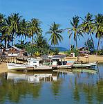 Malaysia, Terengganu, Marang: Fischerboote am Strand | Malaysia, Terengganu, Marang: Fishing boats on beach