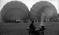 11.2010 Pushkar (Rajasthan)<br /> <br /> Men watching the inflation of ballons.<br /> <br /> Hommes en train de regarder le gonflage de montgolfières.