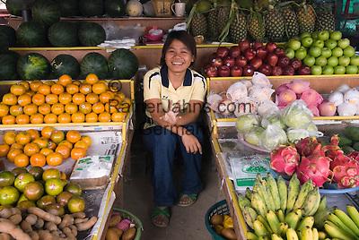Thailand, Southern Thailand, Province Surat Thani, Ko Samui island: Young Thai girl at local fruit market | Thailand, Suedthailand, Provinz Surat Thani, Insel Ko Samui: junge Frau, Verkaeuferin auf dem Obst- und Gemuesemarkt