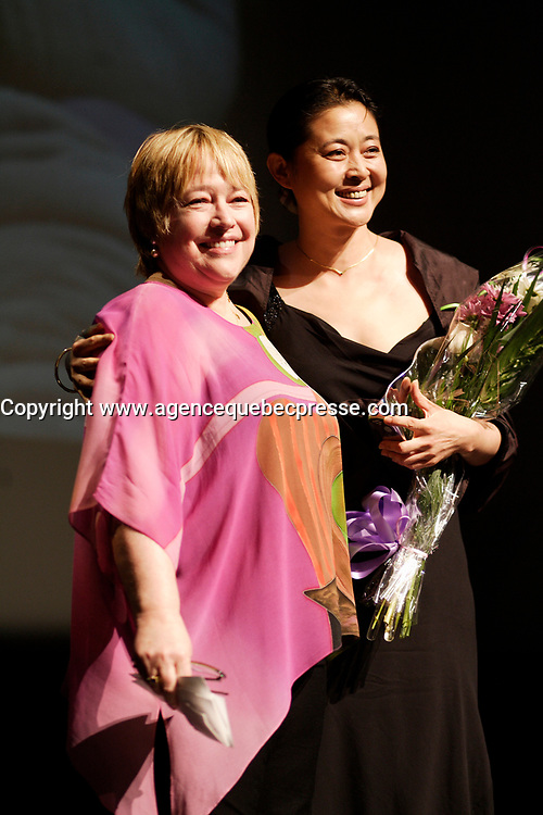 actress Kathy Bates (L) and  Ni Ping who won the best Actress Award  at the Montreal World Film Festival (Festival des Films du Monde de Montreal)  2006<br /> for the Chinese movie SNOW IN THE WIND directed by Yang Yazhou.<br /> That movie also won the Special Grand Prize of the Jury<br /> Photo by Pierre Roussel / Images Distribution
