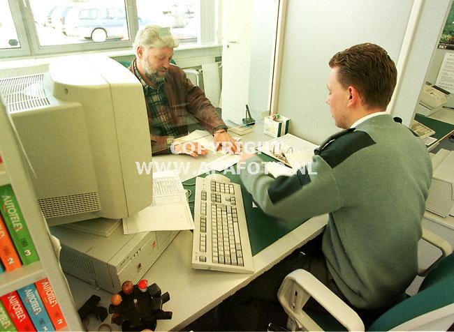 arnhem 290399 douane formaliteiten afwerken in-en uitvoerpapieren. foto frans ypma.
