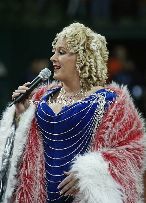 10-2-06, Netherlands, tennis, Amsterdam, Daviscup.Netherlands Russia, Dutch entertainer Karin Bloemen sings the national antums