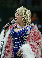 10-2-06, Netherlands, tennis, Amsterdam, Daviscup.Netherlands Russia, Dutch entertainer Karin Bloemen sings the national antums