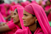 INDIEN Uttar Pradesh, Bundelkhand, Frauen unterer Kasten und kastenlose Frauen organisieren sich in der Frauenbewegung Gulabi Gang von Sampat Pal Devi , sie fordern gleiche Rechte und kaempfen notfalls mit Gewalt mit Bambusstoecken gewalttaetige Maenner, Demo in Mahoba / INDIA UP Bundelkhand, women movement Gulabi Gang in pink sari fight for women rights and against violence of men, corruption and police arbitrariness, protest rally in Mahoba