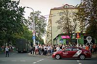 Belarus, 06.08.2020, Minsk. Präsidentschaftswahl am 9. August: Amtsinhaber Lukaschenko versucht mit allen Tricks, Wahlkundgebungen der Opposition zu verhindern. Trotzdem kommt es zu einer riesigen Versammlung im Kiewer Park. Danach wird in Gruppen durch die Stadt gezogen. Die Polizie faehrt bereits mit Gefangenentransportern auf. | Presidential elections on August 9: Incumbent president Lukashenka tries to impede oppositional election gatherings by any means. Yet a massive manifestation happens to be held in Kiev park. Afterwards groups march through the city. The police arrives with prisoner transport vans.<br /> © Denis Vejas/EST&OST