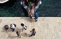KROATIEN, 04.2011, Dubrovnik. © Petar Kurschner/EST&OST<br /> Touristen beim Aussteigen aus dem Boot. | Tourists getting off their boat.