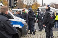 """Sogenannten """"Querdenker"""" sowie verschiedene rechte und rechtsextreme Gruppen hatten fuer den 18. November 2020 zu einer Blockade des Bundestag aufgerufen. Sie wollten damit verhindern, dass es eine Abstimmung ueber das Infektionsschutzgesetz gibt.<br /> Es sollen sich ca. 7.000 Menschen versammelt haben. Sie wurden durch Polizeiabsperrungen daran gehindert zum Reichstagsgebaeude zu gelangen. Sie versammelten sich daraufhin u.a. vor dem Brandenburger Tor.<br /> Im Bild: Die Polizei nimmt einen Mann fest, der mit einem Messer zu der Demonstration wollte.<br /> 18.11.2020, Berlin<br /> Copyright: Christian-Ditsch.de"""