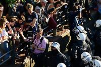 """GERMANY, Hamburg, protest rally """"WELCOME TO HELL"""" against G-20 summit in july 2017 / DEUTSCHLAND, Hamburg, Fischmarkt, Protest Demo WELCOME TO HELL gegen G20 Gipfel in Hamburg, Schaulustige, Polizei, Fotograf mit Plattenkamera"""