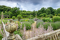 France, Loiret (45), Chilleurs-aux-Bois, château et jardins de Chamerolles, un carré du jardin renaissance, avec sauge sclarée, lavandes, buis en boules et bassin central