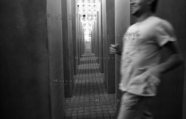 berlino, gente gioca al Memoriale dell'Olocausto --- berlin, people playing at the holocaust memorial