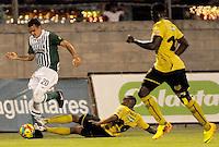 MEDELLIN -COLOMBIA, 05-12-2013. Juan Jose Mezu (Der.)de Itagüí disputa el balón con Alejandro Bernal (Izq.) de  Atlético Nacional durante partido por la fecha 5 de los cuadrangulares finales de la Liga Postobón II 2013 jugado en el estadio Metroplitano Ciudad de Itagüí./ Carlos Arboleda (R) of Itagüi fights for the ball with Alejandro Bernal (L) of Atletico Nacional during match for the fifth date of final quadrangulars of the Postobon League II 2013 played at Metropolitano Ciudad de Itagüi. Photo: VizzorImage/Luis Rios/STR