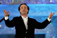Roma 14/4/2004 Palazzo dei congressi <br /> Premiazione David di Donatello 2004 <br /> Roberto Benigni, intervenuto per presentare Steven Spielberg, durante il suo monologo per l'arte del cinema contro la guerra.<br /> foto Andrea Staccioli Insidefoto