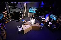 SCHAATSEN: SCHAATS TV GEWEST FRYSLÂN, uitzending 27-11-2020, aan de tafel bij, presentator Sytse Prins, achtergrond Sponsoren, ©foto Martin de Jong