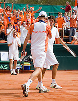 12-4-08, Macedonie, Skopje, Daviscup, Macedonie- Nederland, Doubles Peter Wessels and Robin Haase worden aangemoedigd door captain Jan Siemerink