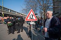 """Demonstration gegen steigende Mieten und Zwangsraeumungen in Berlin.<br />Am Samstag den 29. Maerz 2014 demonstrierten ueber 500 Menschen in Berlin-Kreuzberg mit einer sog. """"Laerm-Demo"""" gegen steigende Mieten und Zwangsraeumungen. Es war die 25. """"Laerm-Demo"""".<br />Die Demonstration wurde zum ersten Mal von starken Polizeikraeften begleitet; dazu waren 3 Einsatzhundertschaften der Berliner Polizei und eine Hundertschaft einer speziellen Festnahmeeinheit aus Sachsen-Anhalt im Einsatz. Die Festnahmeeinheit ist fuer ihr hartes Eingreifen bekannt und war zu Uebungszwecken fuer einen Einsatz am 1. Mai nach Berlin gekommen. Bereits im Vorfeld der Demonstration kam es zu Platzverweisen, Beschlagnahmungen von Flugblaettern, und der Festnahme eines Flugblattverteilers.<br />Waehrend der Abschlusskundgebung der Demonstration stuermte die Polizei eine nahe gelegene Ladenwohnung, vor der junge Leute zu lauter Musik tanzten. Dabei wurde Mobiliar in der Wohnung von vermummten Polizeibeamten zerstoert und ein Teil der Musikanlage beschlagnahmt. Vor der Wohnung griffen Beamte der Spezialeinheit aus Sachsen-Anhalt Journalisten an und versuchten, Kameras zu beschaedigen und sie am arbeiten zu hindern.<br />Im Bild: Ein Anwohner haelt ein Schild gegen die seiner Meinung nach zunehmende Gewalt von Seiten der Polizei.<br />29.3.2014, Berlin<br />Copyright: Christian-Ditsch.de<br />[Inhaltsveraendernde Manipulation des Fotos nur nach ausdruecklicher Genehmigung des Fotografen. Vereinbarungen ueber Abtretung von Persoenlichkeitsrechten/Model Release der abgebildeten Person/Personen liegen nicht vor. NO MODEL RELEASE! Don't publish without copyright Christian-Ditsch.de, Veroeffentlichung nur mit Fotografennennung, sowie gegen Honorar, MwSt. und Beleg. Konto:, I N G - D i B a, IBAN DE58500105175400192269, BIC INGDDEFFXXX, Kontakt: post@christian-ditsch.de]"""