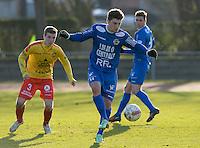 FC Knokke - OMS Ingelmunster : Simon Savaete (r) aan de bal voor Yoshi Verbrugge (links) <br /> Foto VDB / Bart Vandenbroucke