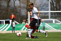 Sidney Friebe (Deutschland, Hertha BSC Berlin) setzt sich durch - 25.03.2017: U19 Deutschland vs. Serbien, Sportpark Kelsterbach