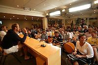 20030606, Paris, Tennis, Roland Garros, Martin Verkerk Heeft gedurende de persconferentie de lachers continu op zijn hand