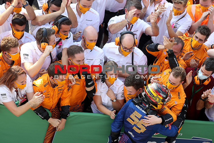 06.09.2020, Autodromo Nazionale di Monza, Monza, FORMULA 1 GRAN PREMIO HEINEKEN D'ITALIA 2020<br />,im Bild<br />Carlos Sainz Jr. (SPA#55), McLaren F1 Team feiert mit seinen Mechanikern seinen 2.Platz<br /> <br /> Foto © nordphoto / Bratic