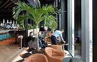 Nederland - Amsterdam - 24 maart 2018. Open Toren Dag. QO Hotel. Het nieuwe QO hotel van de InterContinental Hotels Group in het Amstelkwartier. Het hotel is ontworpen door Mulderblauw Architecten,  Paul de Ruiter Architects en advies- en ingenieursbureau Arup. Tank is verantwoordelijk voor het interieur van het restaurant, de bar en de publieke ruimtes.  Foto mag niet in negatieve context gepubliceerd worden.  Foto Berlinda van Dam / Hollandse Hoogte.