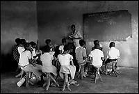 Mozambico,i banchi di in una scuola elementare a Maputo